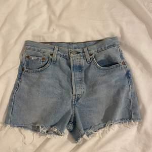 Superfina Levis shorts i modellen 501 i strl W25💫💕 inköpta för cirka två somrar sedan o i mycket bra skick, säljer då de är för små för mig<3