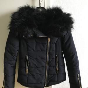 Säljer min fina tjockare jacka i storlek 34. Passar perfekt till höst och vinter då den är tjock. Fejk pälskrage (ingen luva alltså). Gulddetaljer på dragkedjorna. Köparen står för frakt annars möts jag upp i Malmö.