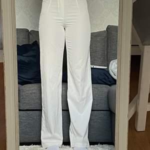 Vita kostym/flowpants i storlek 34, super fina o i bra skick, bara att höra av sig om man har någon mer fråga💖