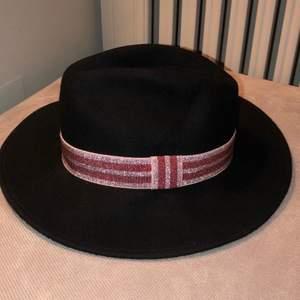 Fin filad hatt i fint/nytt skick. Varm o bra till höst o vintern! Köpt i london i deras butik