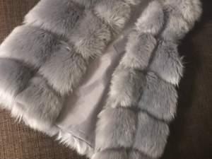 Grå pälsväst, ej äkta päls utan det är fauxfur fur. Använd lite förra vinter/höst och är i bra skick. Strl xs-s. Perfekt till höst och vinter!