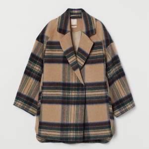 Supersnygg kappa som är helt slutsåld på H&M. Den innehåller 70% ull och därmed väldigt varm. Slutar en bit ovanför knäna på mig som är 165.  Köpte förra vintern för 1099kr, sparsamt använd. Pris kan diskuteras vid snabb affär.