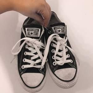 Snygga svarta låga Converse, enda felet är att tyget i hälen har slits, vilket ni ser på den sista bilden. Annars super fina, självklart äkta.