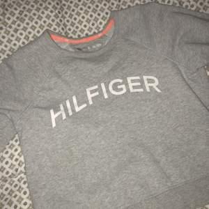 En hilfiger tröja som aldrig är använd :)