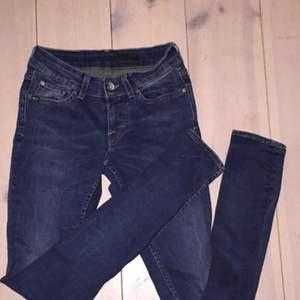 Jeansen är från tiger of sweden och är i mycket bra skick. Modellen har låg midja och sitter tajt. Frakt tillkommer om köparen inte vill/kan mötas i Stockholm