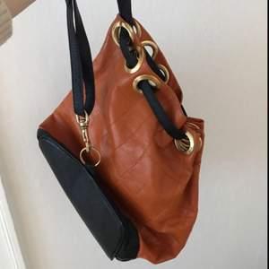 Vintage skulderväska köpt i Paris. Charmig och superfin