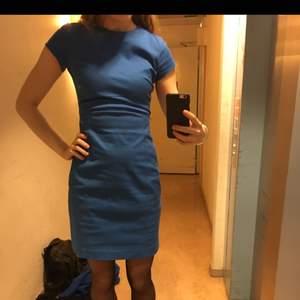 Snygg klänning från Whyred i kvalitativ bomull. Bra kvalitet och knappt använd.  Ganska styv i materialet vilket får den att kännas exklusiv.  Inköpt för ca 1500 tror jag  Säljes för 500kr