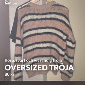 Overzized randig tröja från bershka (köpt på zalando) Rosa, svart och vit randig. Storlek S men passar M eftersom den är overzized