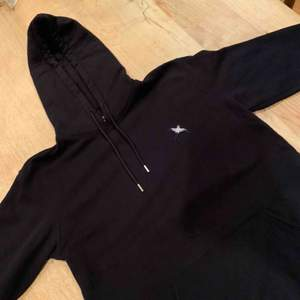 Hej säljer en svart Axel Arigato hoodie, aldrig använd pga den är för stor, skick: 10/10, påse och Arigato sushi sticks ingår vid köp av hoodien (köpt för 2000 kr) (priset kan diskuteras)