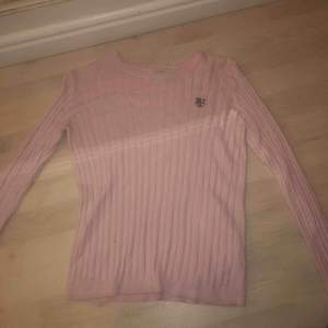 rosa tröja från Hampton Republic, använt skick, ett litet hål på bröstet som är igensytt
