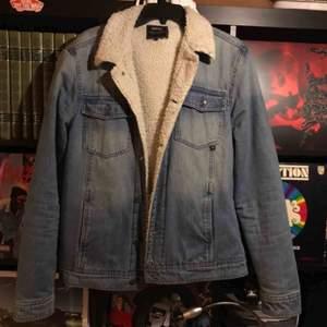 Fodrad jeansjacka från wesc i storlek M. Köparen står för frakten på ca 80kr😋