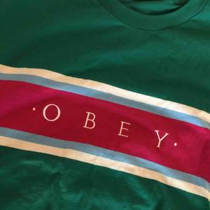 GRATIS FRAKT  cool tisha från märket OBEY, riktigt cool men har aldrig kommit till användning tyvärr:( tröjan är L och jag har egentligen S så jag änvänder den som oversized