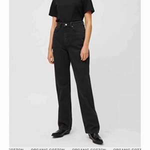 Ett par jättefina svarta jeans från weekday i modellen row. I gott skick. Säljer pga har blivit för små. Köpare står för frakten