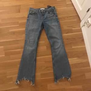 Ursnygga bootcut jeans från Zara i den perfekta jeans färgen. Säljer då de tyvärr blivit för små. Perfekt skick, enbart använda 5 gånger. Hör gärna av dig vid mer frågor💕👍🏻