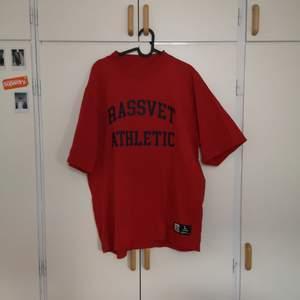 En Rassvet x Russell Athletic t-shirt som tyvärr är lite för stor för mig då den är lite oversized. Fel fri och bara provad. Priset kan diskuteras :)