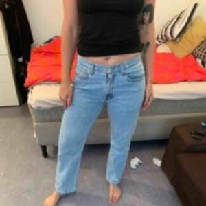 Snygga Levis jeans i storlek 34/32. Storleken är alltså ungefär som en L. Köpta på Beyond Retro för 500, använda en gång. Säljes pga för stora tyvärr  Frakt tillkommer om de köpes utanför Stockholm.