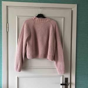 Rosa stickad tröja från Hm. Använd fåtal gånger, inga skavanker och helt i nyskick. Funkar för både S,M och L skulle jag säga beroende på hur den ska sitta. Köpare står för frakt!!