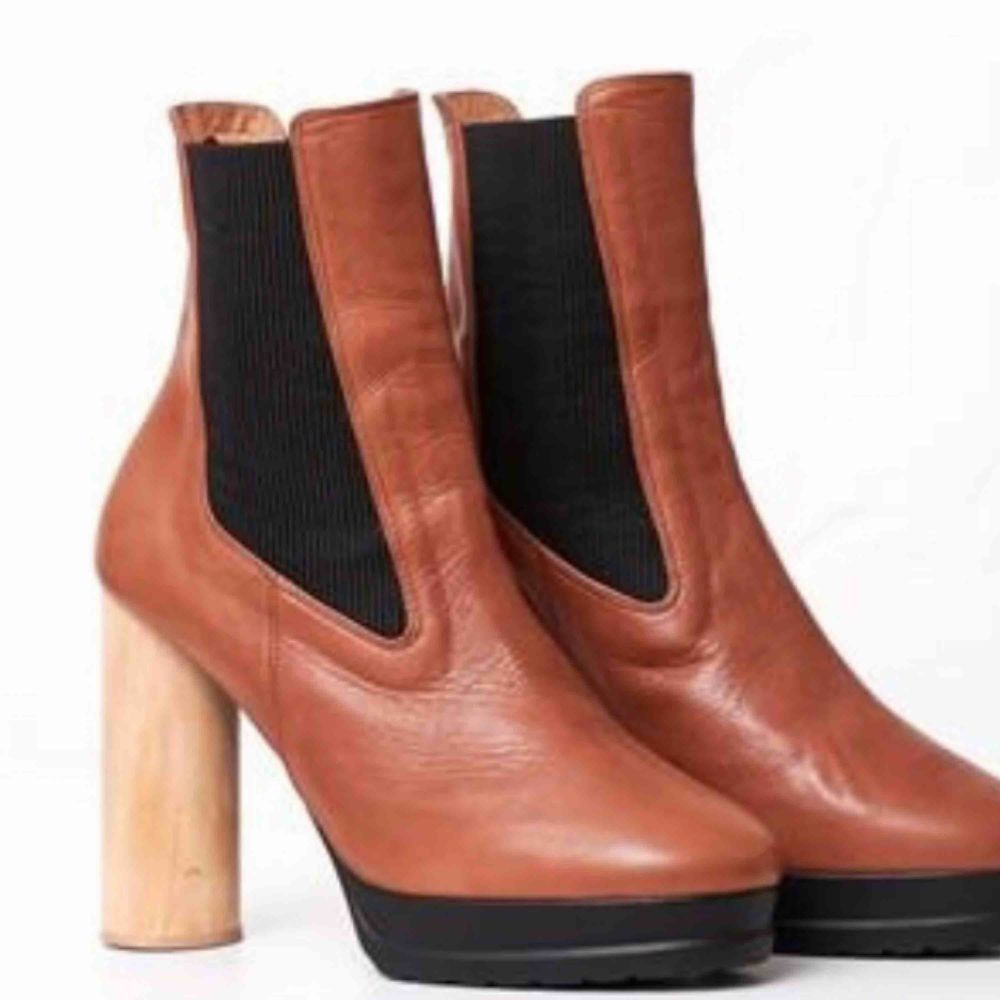 Rodebjer läderboots med träklack, aldrig använda. Nypris 2400 kr. Kan skickas, då står köparen för frakt 🌸. Skor.