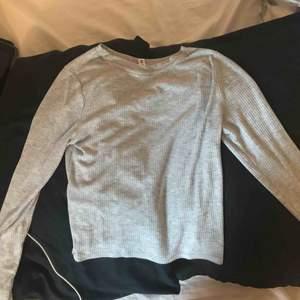 Säljer denna långärmade tröja som går precis till naveln och sitter lite tajtare. Möts upp i Linköping annars står köparen för frakten Frakt 50kr