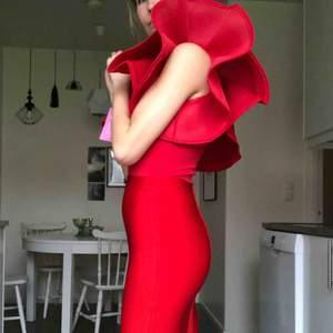 Topp/bodysuit och kjol i bandagematerial. Formar kroppen väldigt snyggt och är mycket bekväm.  Nypris för settet är 1108