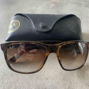 Äkta RayBan-solglasögon. Endast provade, då jag fått dem i present.