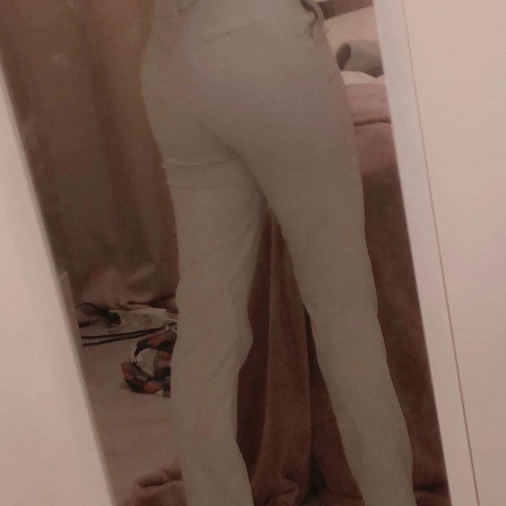 Ett par gråa jötte fina kostymbyxor i ganska bra skick💕 Säljer för de ej kommer till andvändning☺️ passar mig perfekt som är runt 158❤️ Jag står för frakten. Jeans & Byxor.