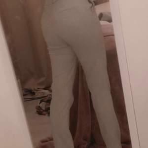 Ett par gråa jötte fina kostymbyxor i ganska bra skick💕 Säljer för de ej kommer till andvändning☺️ passar mig perfekt som är runt 158❤️ Jag står för frakten