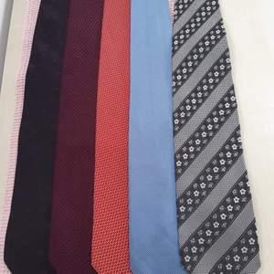 Tiotals märkes slipsar,silk seide, använda 1 till 3 ggr. Hör av dig så skickar jag mer bilder. köptes för 1100 kr eller mer✨