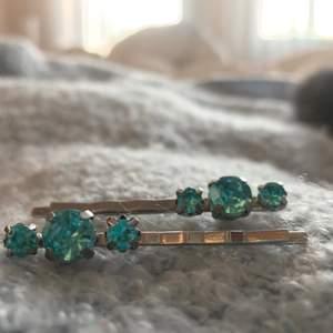 """blå """"diamant"""" hårspännen 🦋 vid köp av 3 och fler smycken får du alltid gratis frakt🐚"""