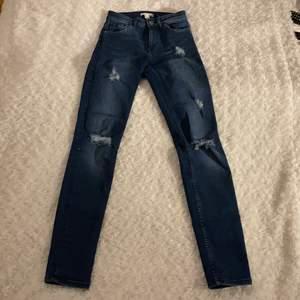 Slitna mörkblåa jeans från H&M i storlek 32 💙💙 Tight passform 👖 Säljer pga att dem är för små. Jeansen är i fint skick och är använd fåtal gånger 😊 Samfraktar gärna med andra plagg och betalning sker via Swish <33
