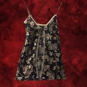 Jättefint svart nattline med guldigt, blommigt mönster från Victoria's Secret. Den är i storlek XS och är gjord i ett sidenliknande tyg, och knyts med band på framsidan. Jag kan mötas upp i Stockholm, annars står köparen för frakten😊