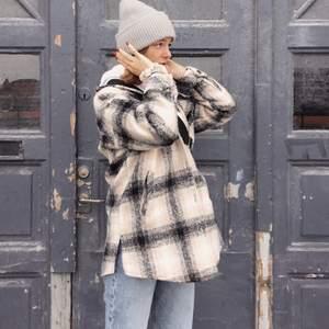 """{Köpt på Kings and Queens för 1200kr} säljer min älskade jacka. Inte den """"basic"""" jackan från Zara som alla har utan lite mer speciell.🤎"""