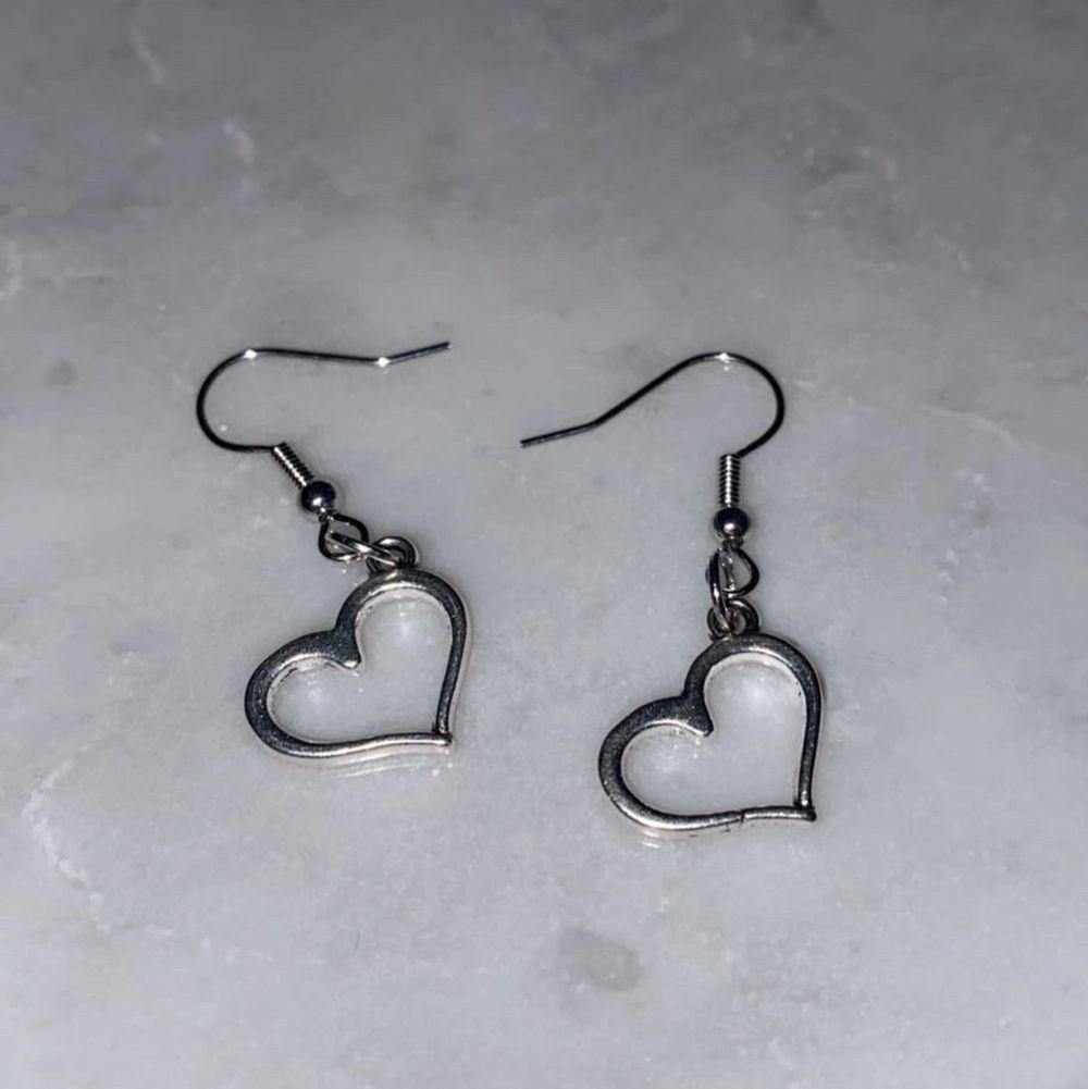 Hjärt örhängen i silver! Perfekt nu till alla hjärtans dag!🌸 meddela för mer info eller intresse!❤️. Accessoarer.
