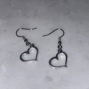 Hjärt örhängen i silver! Perfekt nu till alla hjärtans dag!🌸 meddela för mer info eller intresse!❤️