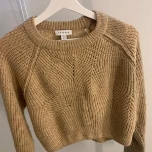 Jättefin mysig tröja. Perfekt till att ha till en skoldag eller en dag hemma, då den är så mjuk och varm. Har använt ett få tal gånger, så den är i bra skick.