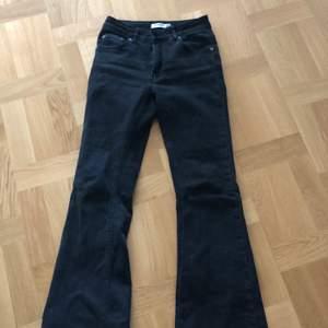 Svarta pull and bear bootcut jeans.  Str 36 medelhög midja