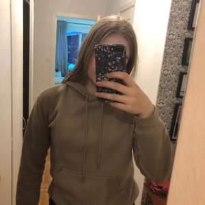 Jättefin hoodie från H&M, den är inte speciellt använd av mig. Kanske 5 gånger. Så helt enkelt i bra skick❤️ jag säljer pga att jag inte använder sådana hoodies lika mycket nåmer🥰 köpare står för frakten.