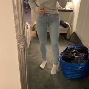 Ett par ljusa jeans från Mango i strl 36. Bara använda ett år gånger så i bra skick. Slitsen nertill är klippt.