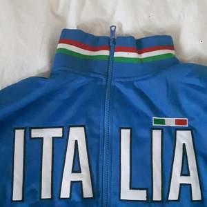 Svinfet italia tröja från Italien i storlek S, men passar även M utmärkt. Passar perfekt till en mer layed back streetwear outfit och ett par matchande sneakers. Skicket är som nytt. Gratis frakt!💕