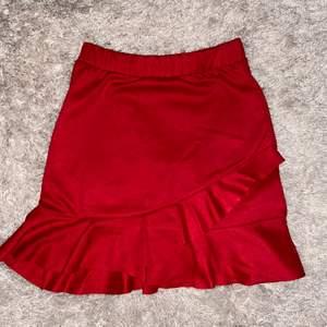 En röd kjol från Lindex, storlek XS, använd 1 gång, nypris 179kr