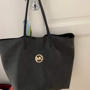 Fake Michael kors väska köpt utomlands. Stor och rymlig väska, finns inga fack i väskan utan endast en liten mini väska/ plånbok som medföljer💼👛