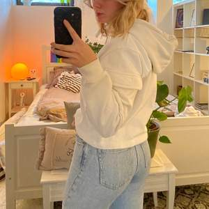 säljer en helt oanvänd vit hoodie från weekday💗 Hoodien har små fickor på ärmarna som man kan öppna och stänge med ett kardborreband. Materialet på insidan är väldigt fluffigt och mysigt ❣️