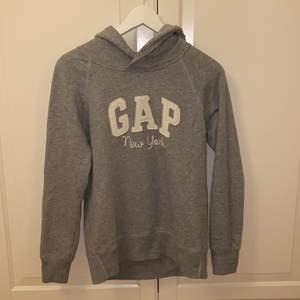 Grå hoodie från GAP i storlek XXS, men skulle mer säga att den är som XS 🤍🤍 Säljer då den inte kommer till användning. Tröjan är i mycket fint skick och är endast använd enstaka gång 😊 Samfraktar gärna med andra plagg och betalning sker via Swish <33