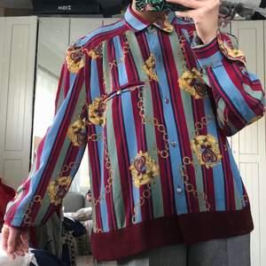 80-tal Vintage skjorta, Giorgio Valeri Italy. Står ej material. Storlek ca XS-M beroende på vilket fit du är ute efter. Mått: längd ca 61cm, axel ca 14cm, ärmlängd ca 64cm & byst ca 105cm (total omkrets). Saknar två knappar & har en liten tråd på ena manschetten. Frakten ingår!