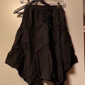 En kjol i svart med storlek L, dock mer som M. Säljes för 40kr, du står för frakt. 💖
