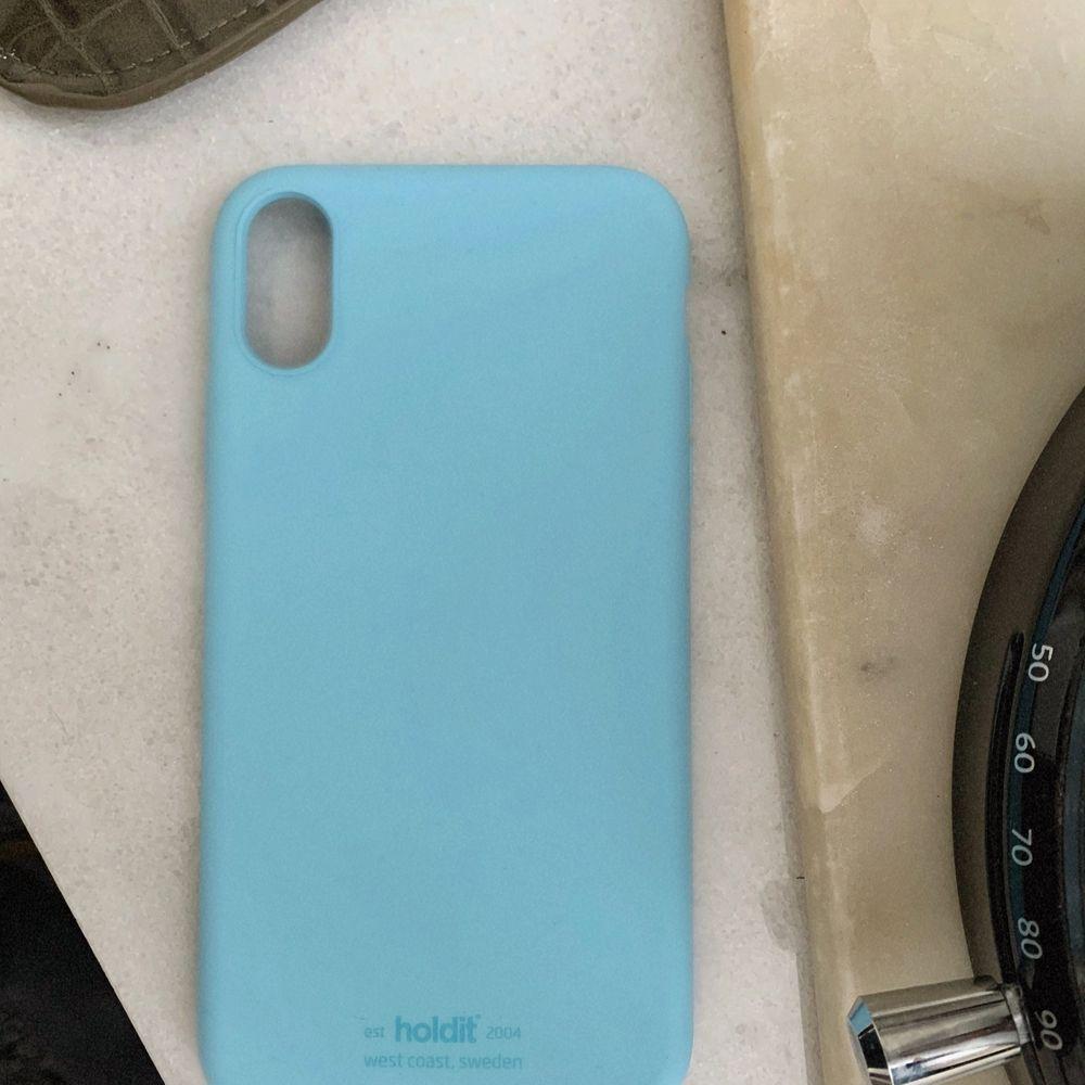 Pastellblått holdit-skal till iPhone XS MAX. Köpte skalet till fel modell, så den är oanvänd. Frakt 22kr eller mötas upp i Lund.. Accessoarer.