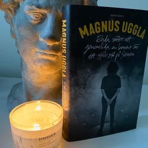 Magnus Ugglas självbiografiska bok 'Enda sättet att genomlida en konsert är att själv stå på scen' ✨ Snyggt omslag och i mycket bra skick, nypris ca 200