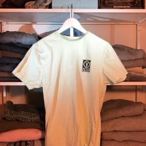 Här har vi en ljusgrön T-shirt som är i storleken M och jätte bra skicka🐉
