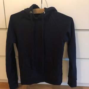 Mörkblå hoodie crocker str XXS men mer än XS.