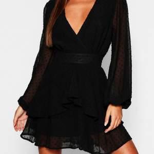 Jättesnygg, modern klänning från Boohoo i storlek 38. Aldrig använd. Köpt för 450kr. Köparen står för frakt.